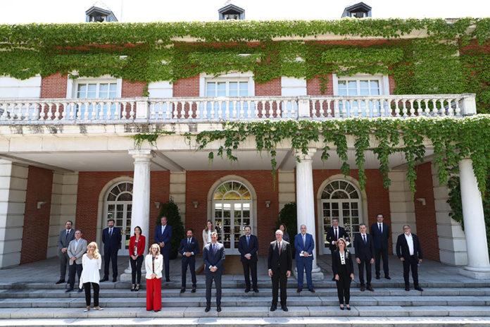 El sector de la automoción, representado por las asociaciones, y miembros del Gobierno tras el encuentro en Moncloa.