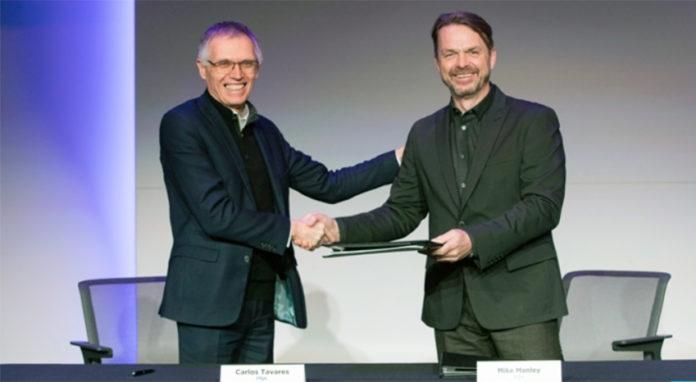 Carlos Tavares (izda), presidente del Consejo de Administración de PSA y Mike Manley, director eecutivo de FCA (dcha), firmando el acuerdo en diciembre.