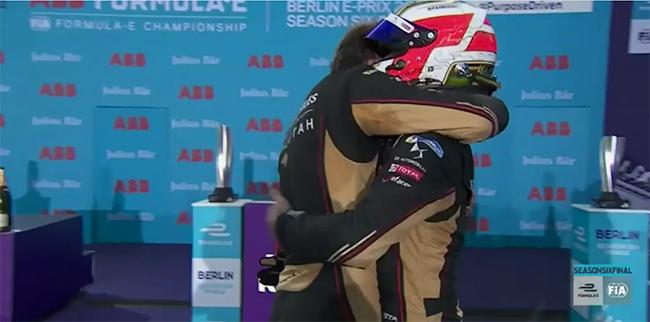 Antonio Félix da CoOsta abraza emocionado a Jean-Eric Vergne.