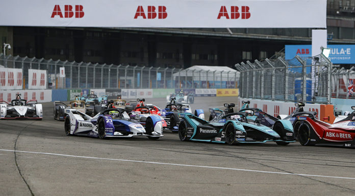 Alexander Sims (GBR) BMW I Andretti Motorsports, BMW iFE.20 battles with Tom Blomqvist (GBR), Panasonic Jaguar Racing, Jaguar I-Type 4