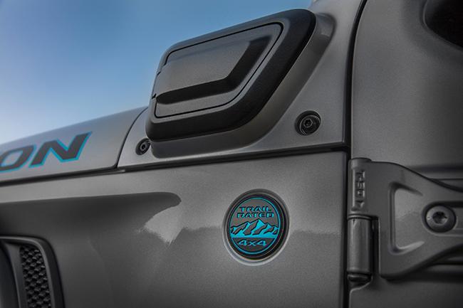 El puerto de carga eléctrica dispone de una cubierta que se abre y se cierra por presión,  situada en el lateral del vehículo.