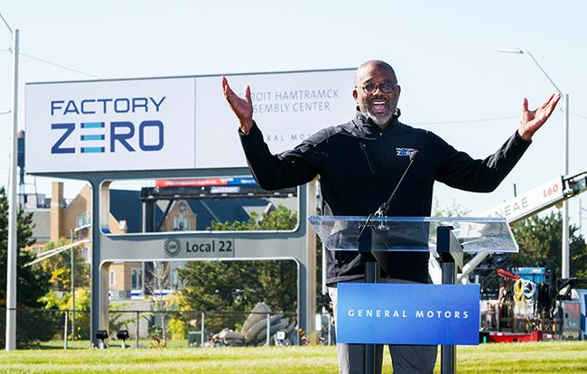 Gerald Johnson, vicepresidente ejecutivo de Fabricación Global de GM, mostrando el logo  de la reconvertida planta.