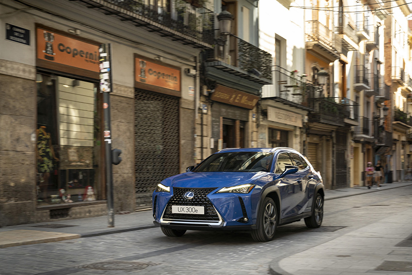 La prensa invitada a la presentación mundial pudo comprobar la dinámica del Lexus UX 300e en muy diferentes escenarios de Valencia.