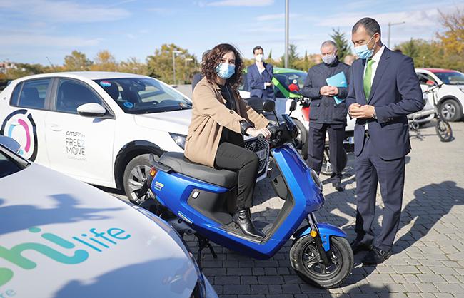 Tras la presentación de los planes de ayudas, las autoridades de la Comunidad de Madrid pudieron ver y probar distintos tipos de vehículos eléctricos.