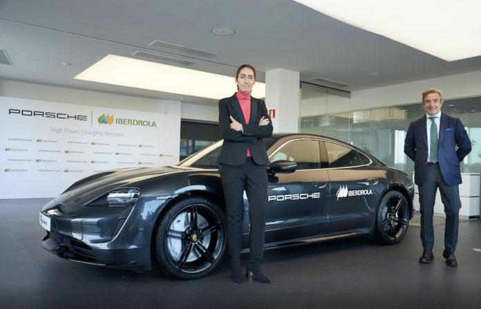 """Raquel Blanco, de Iberdrola, y Tomás Villén, de Porsche Ibérica han firmado el acuerdo para la creación de la """"Porsche Iberdrola High Power Charging Network""""."""