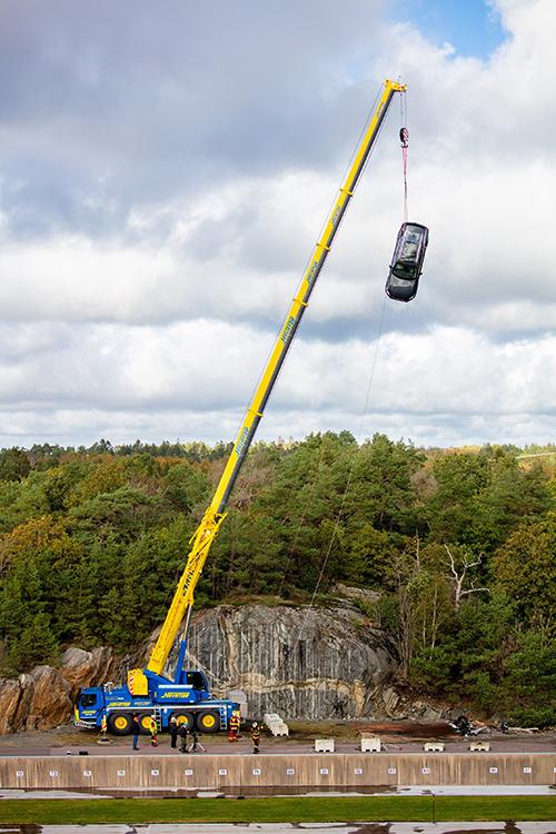 Es la primera vez que Volvo deja caer vehículos desde 30 metros de altura en sus crash test.