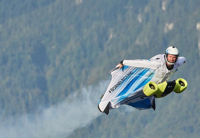 Vuelo piloto de Peter Salzmann con el sistema de propulsión eléctrica en la parte delantera del traje de alas.