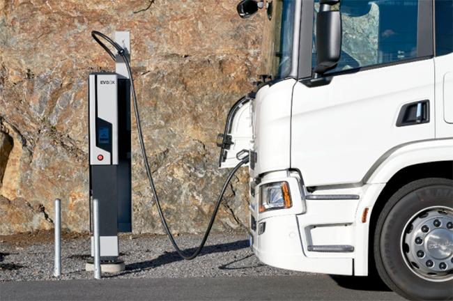 EVBox Ultroniq cargando un camión eléctrico de Scania.