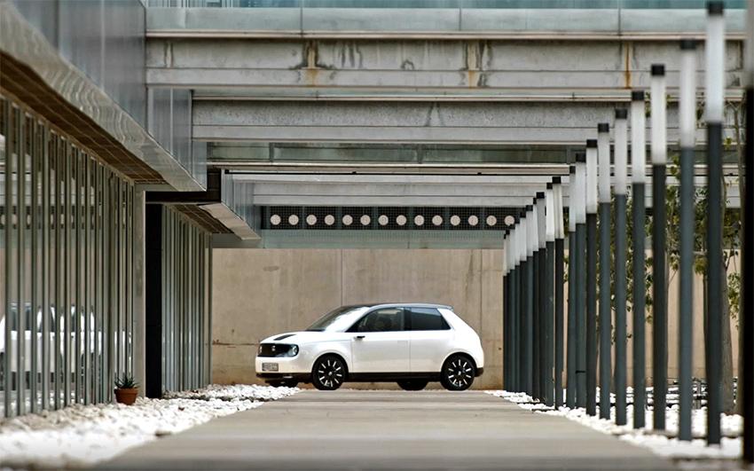 """El pequeño y eléctrico Honda e ha conseguido los premios """"Coche del Año en Alemania"""" y de """"Nuevas Energías""""."""