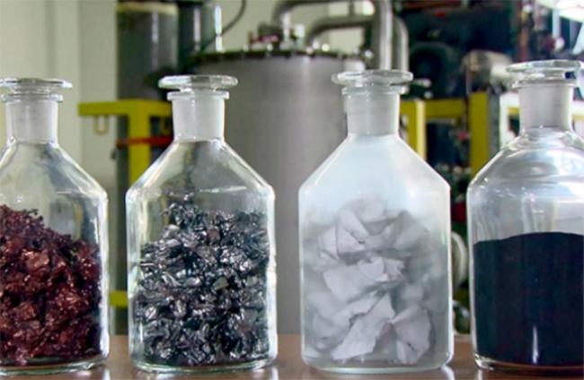 Si la segunda vida no es posible, el reciclado permite la separación de materias primas. En la imagen: cobre y aluminio; acero; aislamiento y polvo negro.