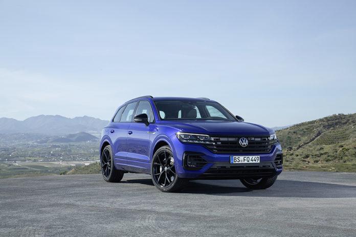 Volkswagen Touareg R, PHEV, con el exclusivo color azul metalizado.
