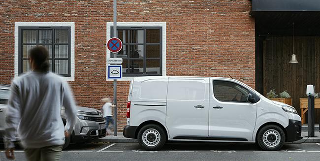 La furgoneta llega en diferentes tallas, versiones y con dos niveles de autonomía.