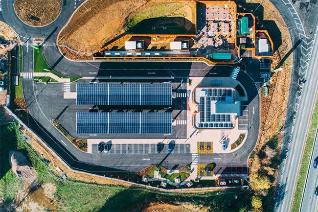 La energía de los cargadores es toda de origen renovable.