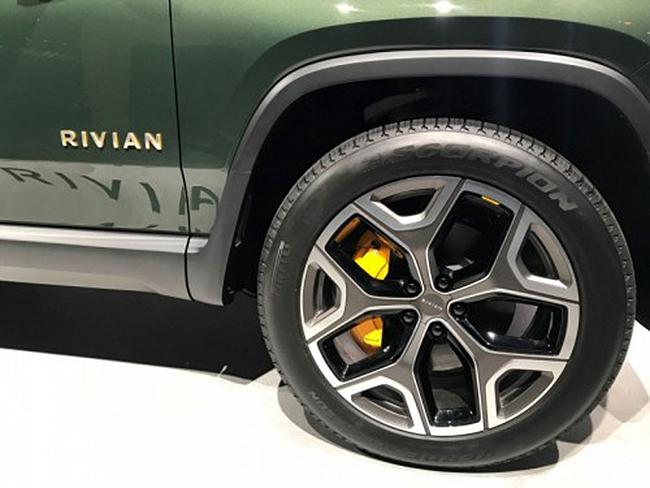 Pirelli fabrica diferentes tipos de neumáticos para coches eléctricos, como el Scorpion para el tt de Rivian.