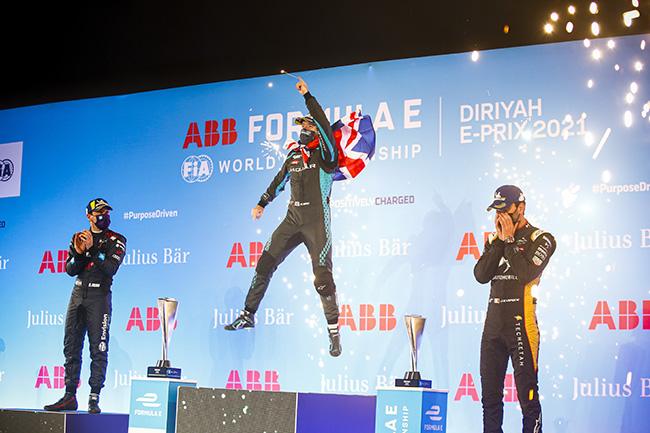 Robin Frijns (NLD) Envision Virgin Racing, el ganador Sam Bird (GBR) Panasonic Jaguar Racing, y Jean-Eric Vergne (FRA) DS Techeetah, después sustituido por su compañero Da Costa por una penalización.