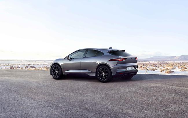 EL I-PACE Black llega con una completa gama de colores, entre los que destacan la pintura metalizada premium negra Aruba y Farallon Pearl.