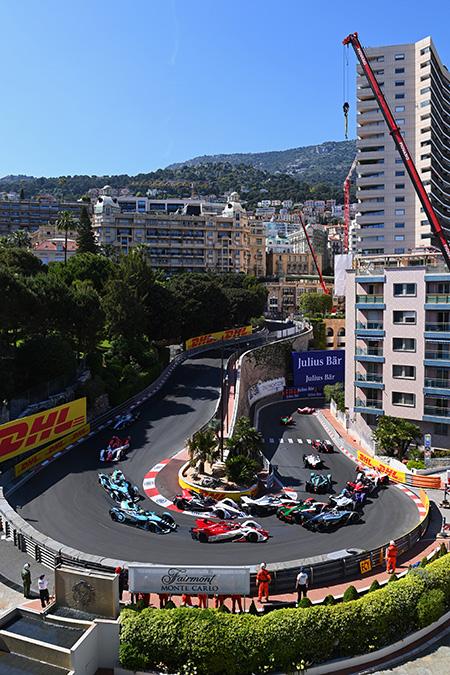 Alexander Sims (GBR), Mahindra Racing, golpea la barrera y Pascal Wehrlein (DEU), Tag Heuer Porsche, se ve involucrado.