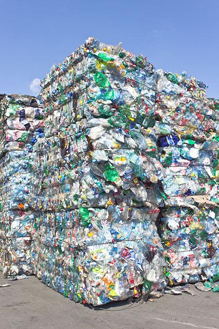El proceso de reciclaje de Carbios incluye todo tipo de residuos plásticos coloreados o incoloros.