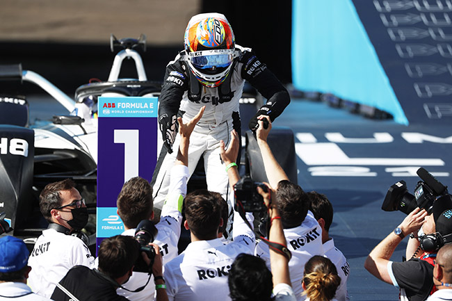 Edoardo Mortara (CHE), Venturi Racing, tras alcanzar la victoria de la novena carrera.