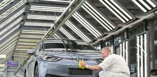 El fin de la fabricación de coches de combustión Volkswagen ya tiene fecha. En la foto, la factoría de Dresden y un VW ID.3. Foto: Reuters.