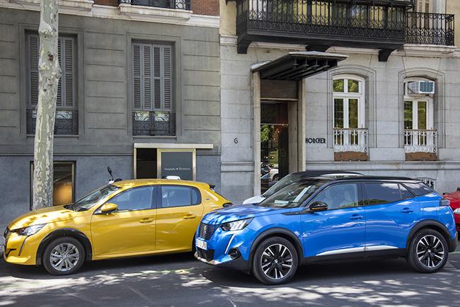 Los premiados modelos eléctricos de Peugeot: e-208 y e-2008.