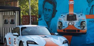"""Taycan, con decoración Gulf, que se utiliza como """"photocall"""" en Porsche Boxes."""
