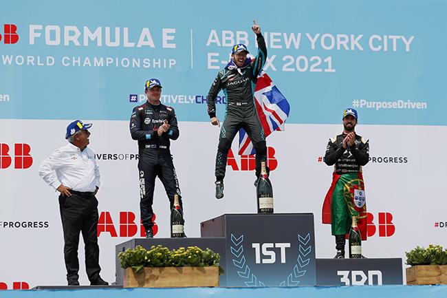 Gerd Mauser, de Jaguar Racing, junto a los campeones en el podio de la 11ª carrera: Nick Cassidy de Envision Virgin Racing; Sam Bird de Jaguar Racing y Antonio Felix da Costa de DS Techeetah,