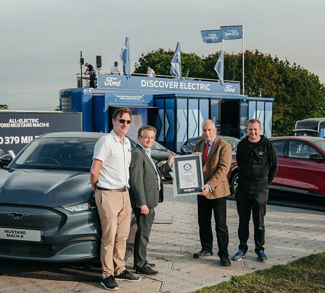 Entrega del certificado al director de electrificación de Ford en UK por parte de los realizadores de la prueba.