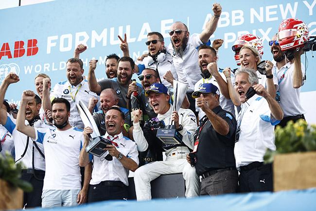 Maximilian Guenther (DEU), BMW I Andretti Motorsport, y su equipo celebran la victoria.