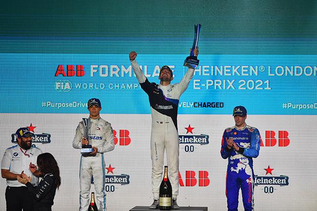 Podio de la carrera 12 con Jake Dennis (GBR), BMW I Andretti Motorsport, en lo más alto.