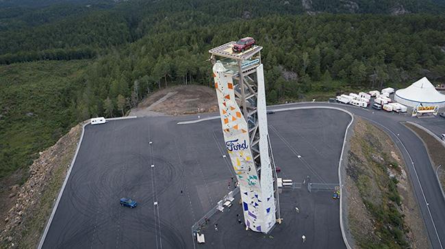 Ford Explorer Plug-in Hybrid sobre la torre de escalada Noruega.