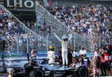 Nyck de Vries (NLD), Mercedes Benz EQ, celebrando en Berlín el título de campeón tras la carrera final de la séptima temporada de la Fórmula E.